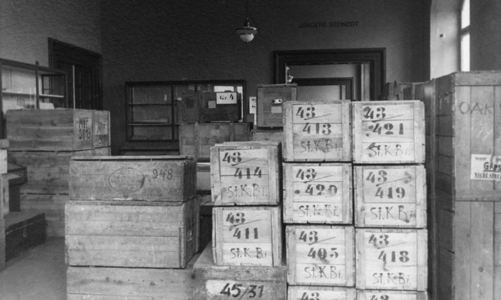 Kisten mit Sammlungsgut in einem Lagerraum des Central Collecting Point Wiesbaden im Jahre 1947