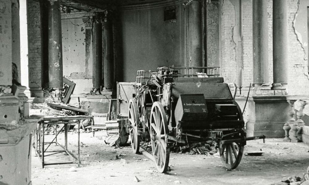 Verwüsteter Ausstellungsraum im Reichspostmuseum, 1947