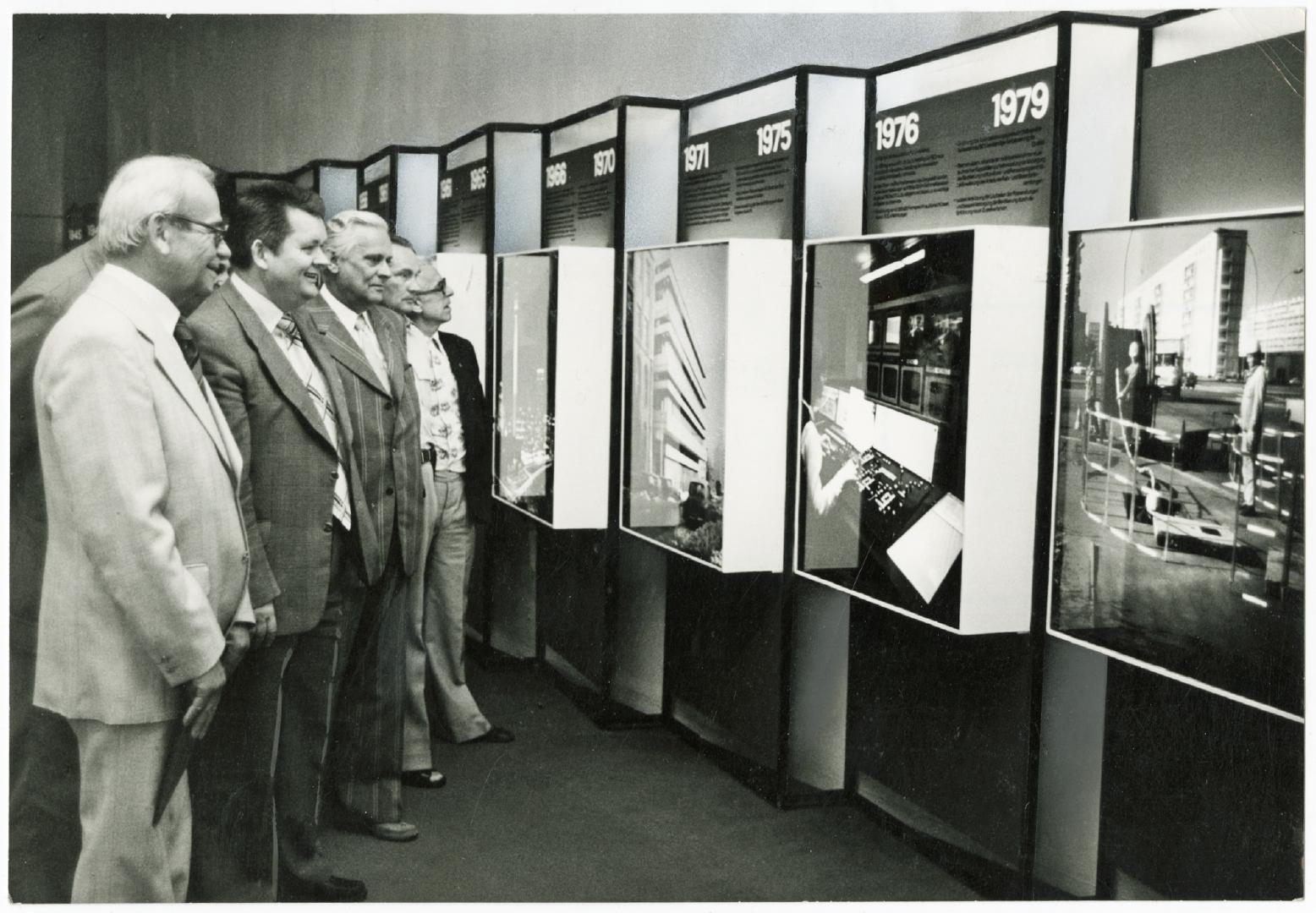 Besucher der Wechslausstellung Das sozialistische Post- und Fernmeldewesen berichtet zum 30. Jahrestag der DDR im Postmuseum der DDR, 1979