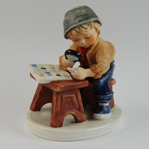 Diese niedliche Figur eines jungen Briefmarkensammlers ist 1978 von der Firma Goebel hergestellt worden.