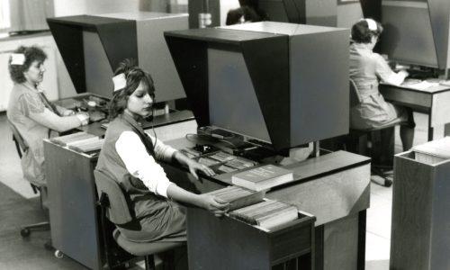 Mitarbeiterinnen der Deutschen Post der DDR bei der Arbeit an rechnergestuetzen Fernmeldeauskunftsplaetzen, 1989